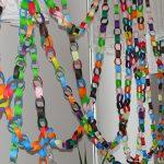 Łomazy: Młodzi wykonali 220-metrowy noworoczny łańcuch przyjaźni